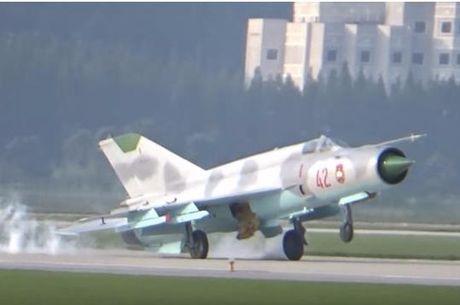 Xem nu phi cong Trieu Tien khien MiG-21 xi khoi - Anh 1