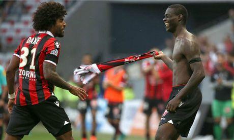 Tuyet pham cua Balotelli giup Nice gianh lai ngoi dau Ligue I - Anh 1