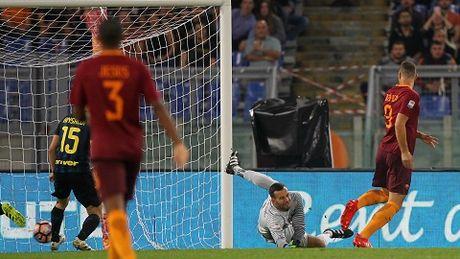Roma 2-1 Inter: Thua tran lien tiep, doi quan cua De Boer tut doc khong phanh - Anh 1