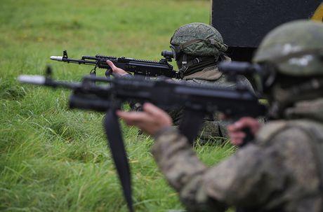 Sung truong AK-12 va A-545: Ai se duoc Quan doi Nga chon? - Anh 6