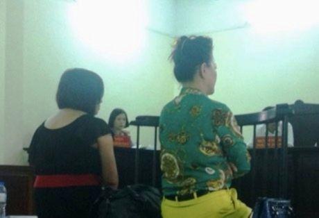 """Hai nguoi phu nu say xin linh an vi """"can"""" canh sat - Anh 1"""