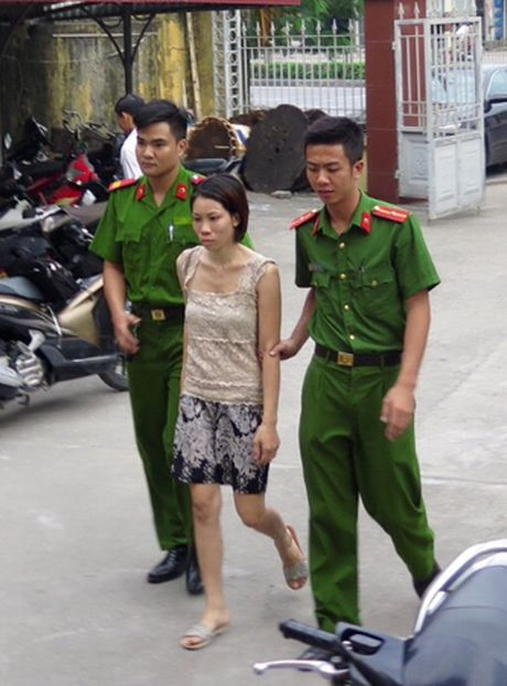 Me cua 2 chau be bi bo roi la doi tuong bi bat truy na vi tron thi hanh an - Anh 3
