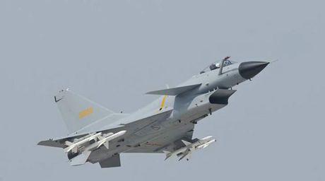 Tiem kich J-10 Trung Quoc roi gan can cu khong quan - Anh 2