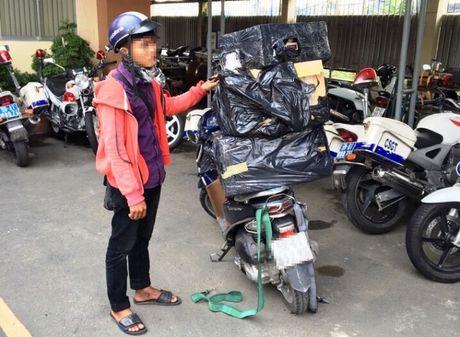 Bat xe may cho hang cong kenh, loi ra xe thuoc la lau - Anh 1