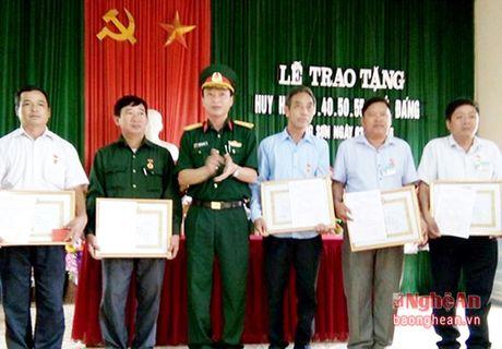 Trao tang Huy hieu Dang cho dang vien cao tuoi - Anh 2