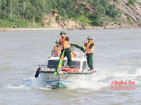Bo doi bien phong van chuyen ngu dan bi nan ve dat lien cap cuu - Anh 1
