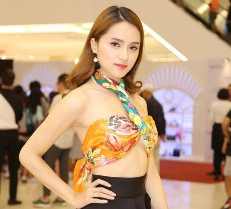 Huong Giang Idol quan khan thanh ao yem khoe lung tran goi cam - Anh 1