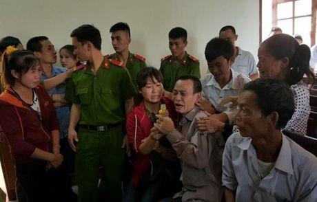 Vai lay giua cong duong cam on Toa phuc tham tuyen dieu tra lai - Anh 1