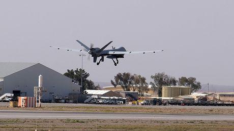 Ba Clinton tung muon dung UAV de 'tru khu' nha sang lap WikiLeaks - Anh 2