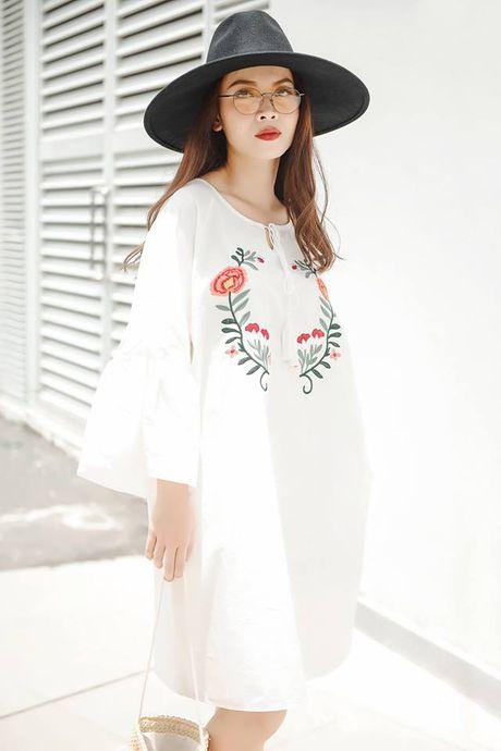 Sao Viet phai long vay ao hoa tiet theu - Anh 1