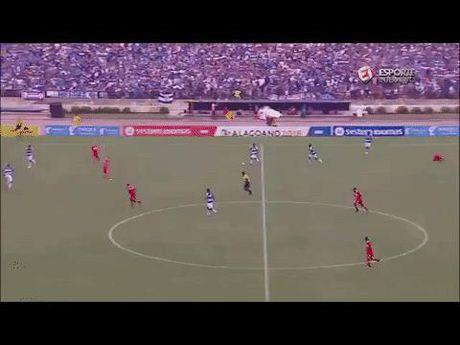 Xem nhung tinh huong HAI HUOC nhu trong game FIFA o ngoai doi thuc - Anh 3