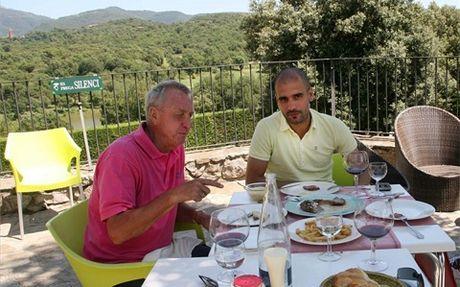 Pep Guaridola tung duoc 'Thanh' Cruyff cuu vot tai Barcelona - Anh 2