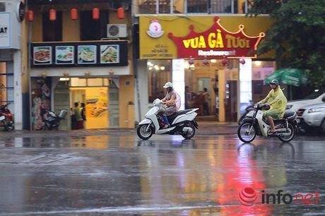 Ha Noi: Gan 10h sang, nguoi di duong van phai bat den pha - Anh 11