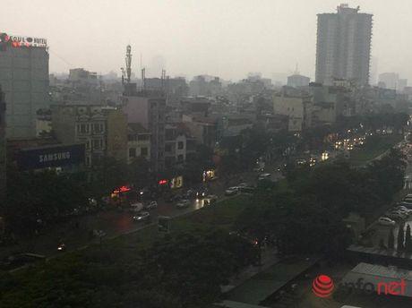 Ha Noi: Gan 10h sang, nguoi di duong van phai bat den pha - Anh 1