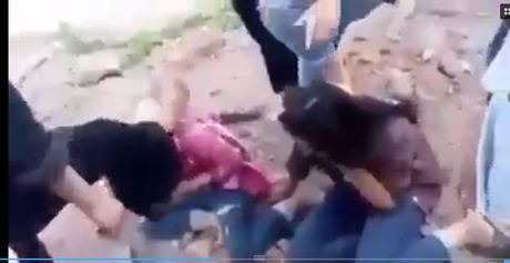Hai nu sinh bi danh dap da man gay soc cong dong mang - Anh 2