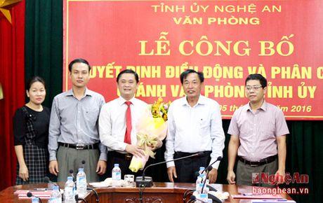 Trao quyet dinh bo nhiem Chanh Van phong Tinh uy Nghe An - Anh 3