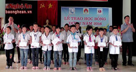 100 hoc sinh ngheo Yen Thanh duoc trao hoc bong tu du an C.I - Anh 1