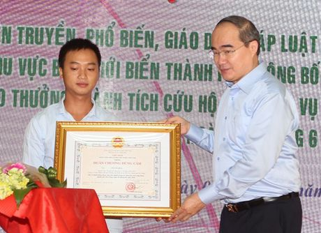 Khen thuong tap the ca nhan cuu nguoi trong vu chim tau Da Nang - Anh 1