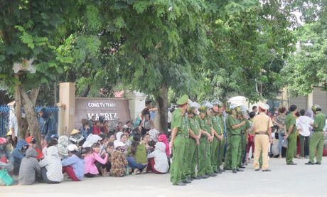 Nghe An: Hon 2.500 cong nhan ngung viec doi quyen loi - Anh 3
