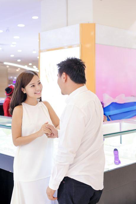 Hon phu Viet kieu dua Khanh Hien di mua nhan cuoi - Anh 1