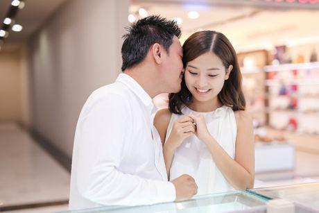 Hon phu Viet kieu dua Khanh Hien di mua nhan cuoi - Anh 7