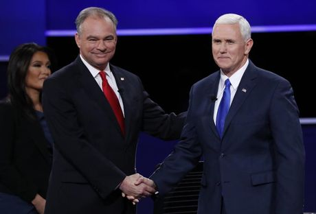 Pho tuong cua ba Clinton va ong Trump tranh luan bau cu - Anh 14