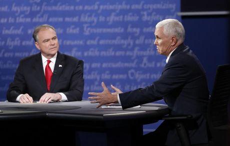 Pho tuong cua ba Clinton va ong Trump tranh luan bau cu - Anh 9