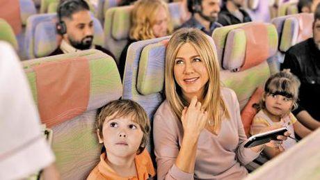 Jennifer Aniston tro lai tren chuyen bay Emirates - Anh 2