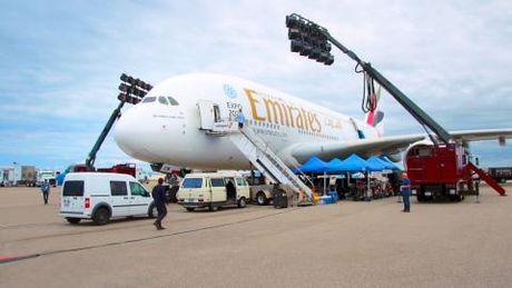 Jennifer Aniston tro lai tren chuyen bay Emirates - Anh 3