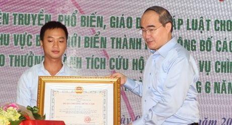 Tang Huan chuong Dung cam cho thuyen vien tau Phu Quy 2 cuu nguoi tren song Han - Anh 1