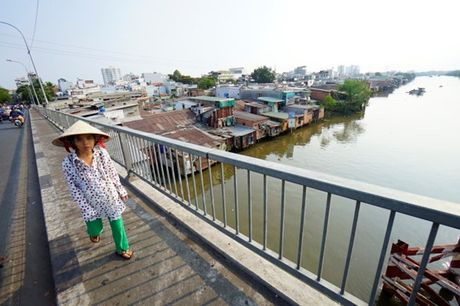 TP.HCM: Di doi dan song tren va ven bo Nam kenh doi Quan 8 - Anh 1