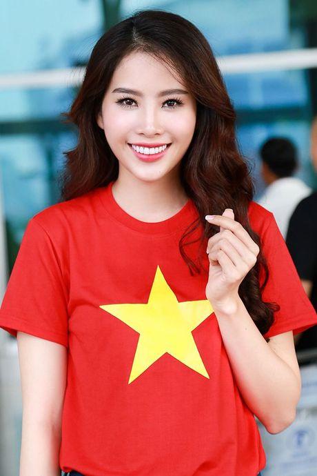 Nam Em mac ao co do sao vang, mang 150kg hanh ly den Miss Earth - Anh 1