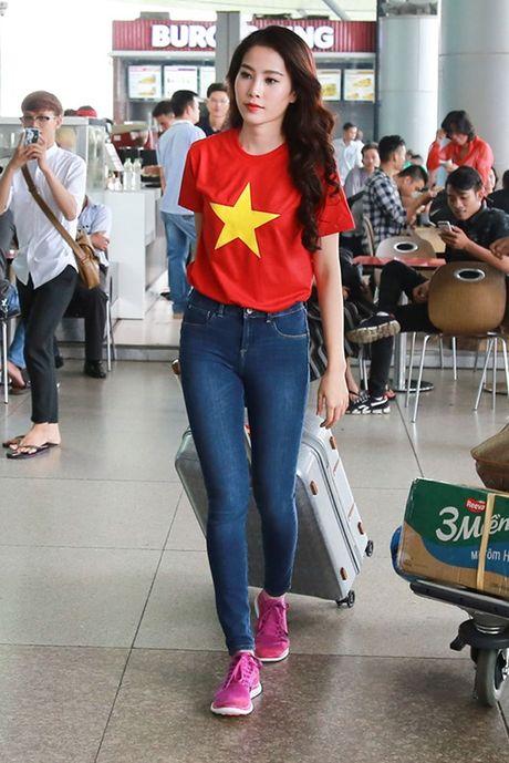 Nam Em mac ao co do sao vang, mang 150kg hanh ly den Miss Earth - Anh 3