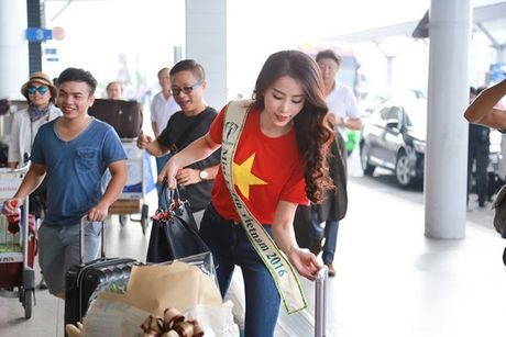 Nam Em mac ao co do sao vang, mang 150kg hanh ly den Miss Earth - Anh 5