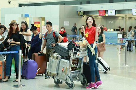 Nam Em mac ao co do sao vang, mang 150kg hanh ly den Miss Earth - Anh 7