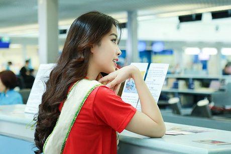 Nam Em mac ao co do sao vang, mang 150kg hanh ly den Miss Earth - Anh 8