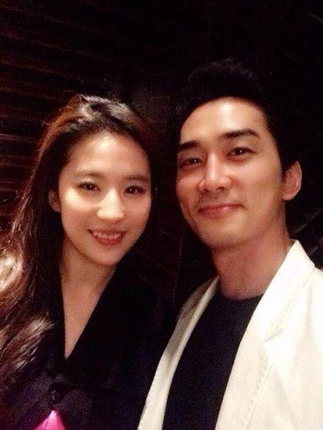 So Ji Sub vo tinh lo dang hen ho ban gai kem 10 tuoi trong sinh nhat Song Seung Hun? - Anh 1