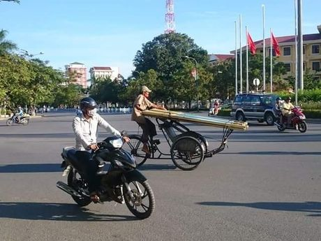 Hue: Cac co quan chuc nang co bat luc voi cac 'may chem' long hanh tren pho? - Anh 1