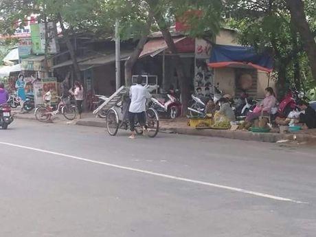 Hue: Cac co quan chuc nang co bat luc voi cac 'may chem' long hanh tren pho? - Anh 4
