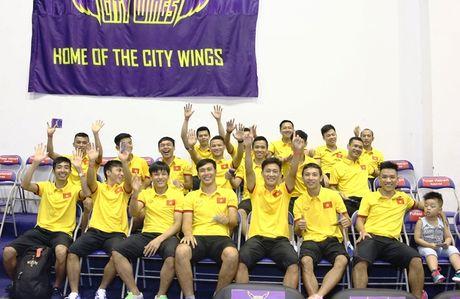Tuyen futsal Viet Nam hao hung di xem bong ro - Anh 1
