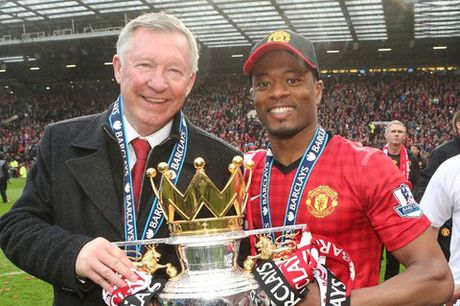 Patrice Evra lai treu Sir Alex Ferguson bang anh doc - Anh 2