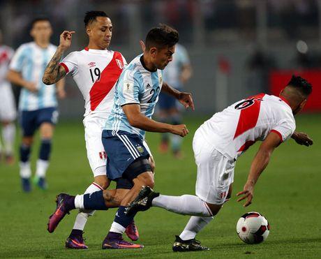 TRUC TIEP Peru 0-1 Argentina: Doi khach mo ty so - Anh 1