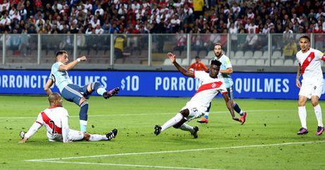 TRUC TIEP Peru 0-1 Argentina: Doi khach mo ty so - Anh 2