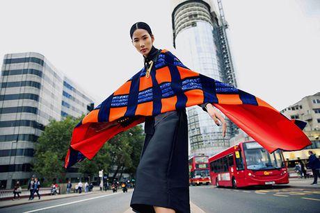 Hoang Thuy dien do sanh dieu, khoe dang dang cap o London - Anh 11