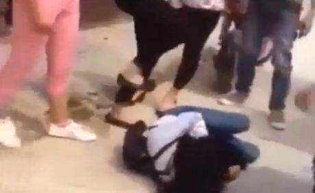 Thai Binh: Xuat hien clip nu sinh ao trang bi danh hoi dong da man - Anh 2