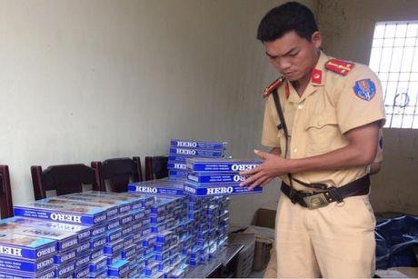 Thanh Hoa: Xe khach van chuyen 2.000 bao thuoc la lau di tieu thu - Anh 1