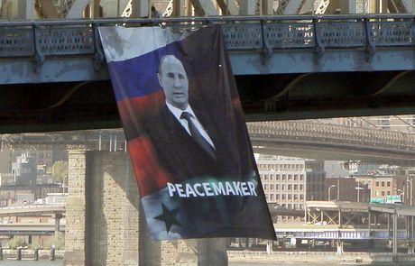 Buc chan dung ong Putin xuat hien giua trung tam New York - Anh 1