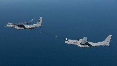 Airbus trinh dien may bay van tai C295 dung tiep dau tren khong - Anh 1