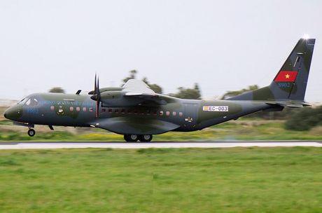 Airbus trinh dien may bay van tai C295 dung tiep dau tren khong - Anh 2