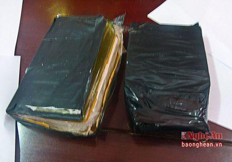 Bat giu 3 doi tuong mua ban trai phep 2 banh heroin - Anh 2